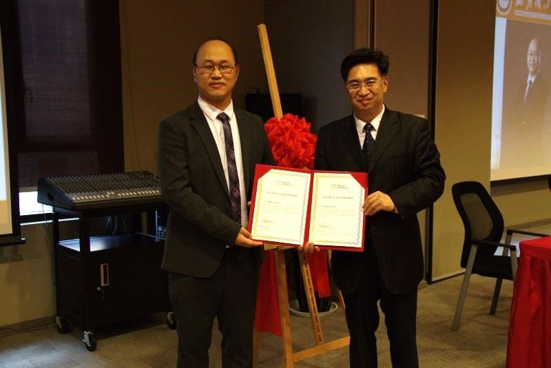 马尔文帕纳科中国区总经理梁东为王春建博士颁发聘书
