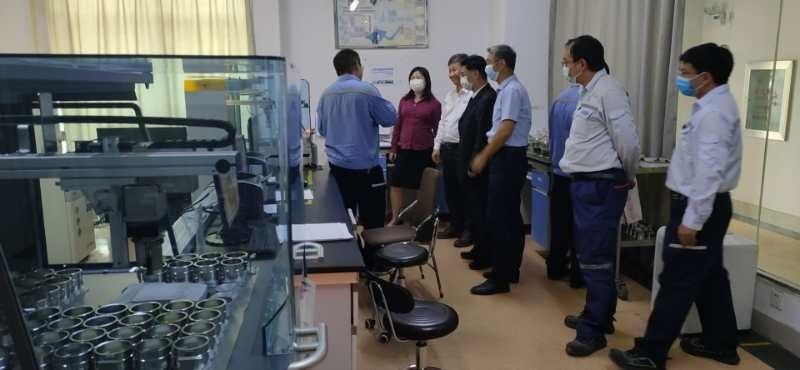 梁东总经理一行参观云铜检验检测管理中心XRF分析实验室